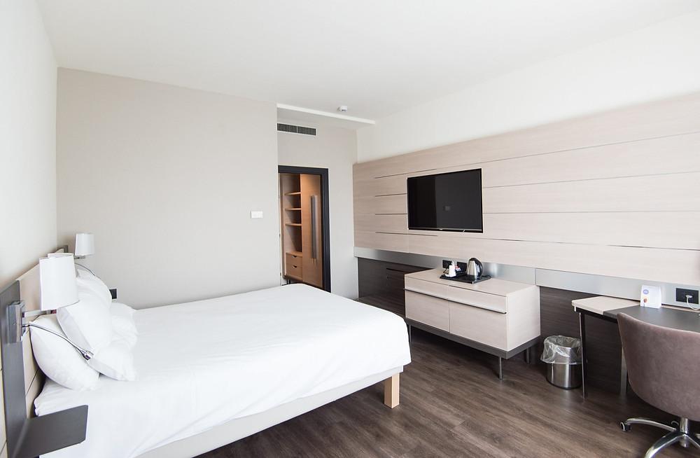 A partir del 22 de febrero, todos los viajeros aéreos deberán aislarse en uno de los hoteles. Ellos son responsables de reservar una habitación y pagarla.