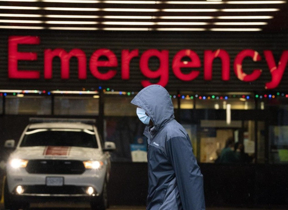 Una persona usa una mascarilla protectora para ayudar a prevenir la propagación de Covid-19 mientras pasan por el departamento de emergencias del Hospital General de Vancouver en Vancouver el miércoles 18 de noviembre de 2020.