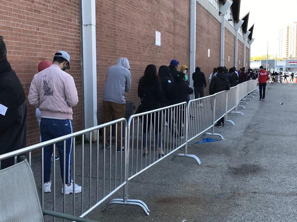 Personas haciendo fila en la clínica emergente de vacunación de Downsview Arena, mayo de 2021.