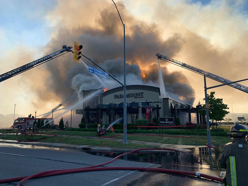 Incendio masivo destruye destacado restaurante de Mississauga.