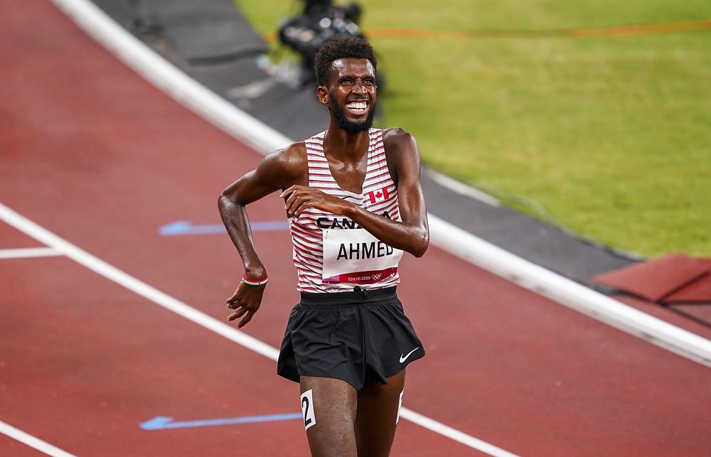 El corredor de distancia canadiense Mohammed Ahmed compite en la primera ronda de eliminatorias en los 5000 m masculinos durante los Juegos Olímpicos de Verano de Tokio, el martes 3 de agosto de 2021.