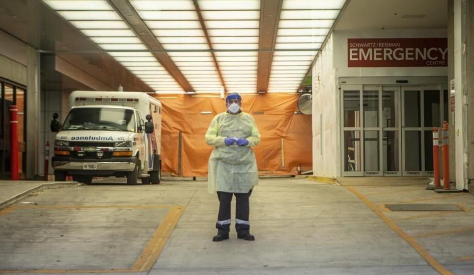 Un paramédico se encuentra en la bahía de ambulancias del Hospital Mount Sinai en Toronto, el sábado 6 de junio de 2020.