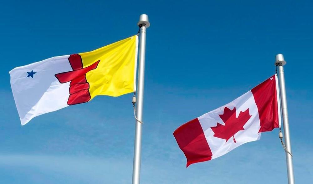 La bandera de Nunavut y la bandera canadiense se ven el sábado 25 de abril de 2015 en Iqaluit, Nunavut.