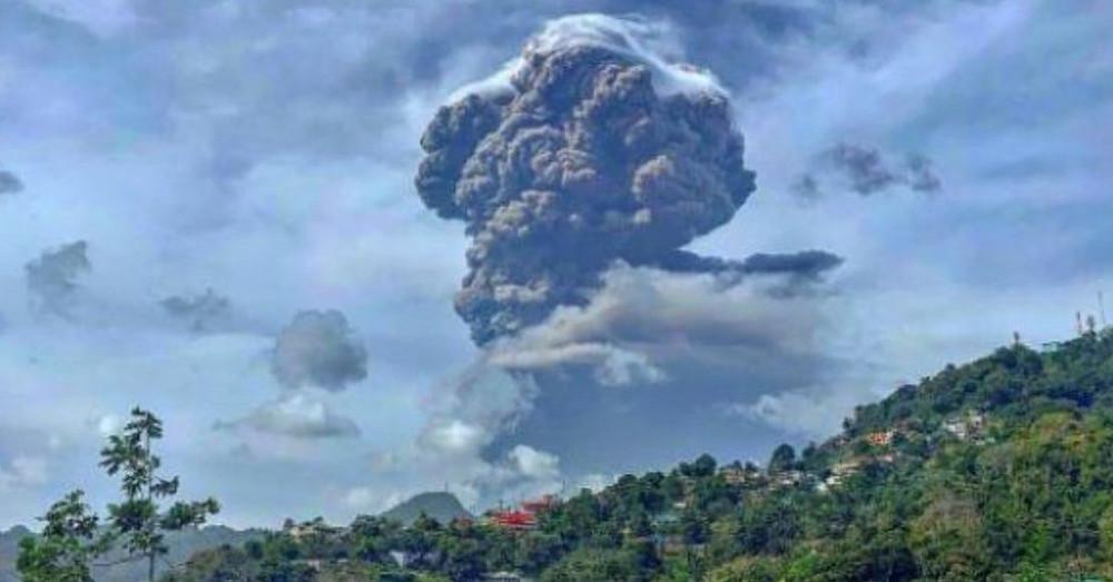 """El volcán """"La Soufrière"""" hizo erupción en San Vicente, expulsando enormes columnas de cenizas de más de seis mil metros de altura."""
