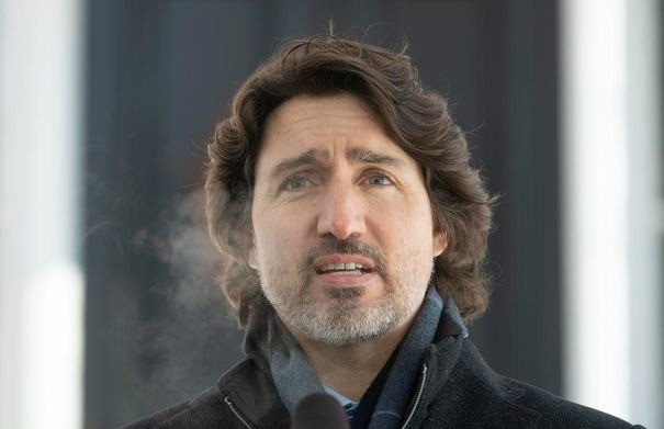 El primer ministro Justin Trudeau habla frente a Rideau Cottage en Ottawa el 9 de febrero de 2021.