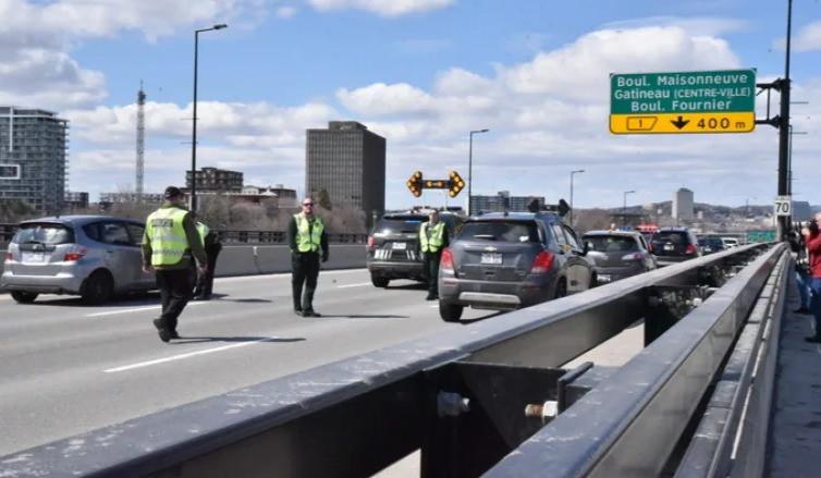Puesto de control policial en el puente Macdonald-Cartier, entre Ottawa y Gatineau, Que., el 1 de abril de 2020, durante la primera ola de la pandemia del COVID-19.