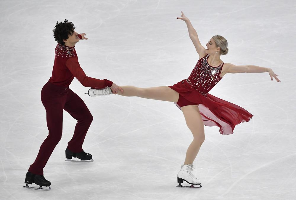 Los canadienses Gilles y Porier ganan bronce en danza sobre hielo en los mundiales de patinaje artístico.