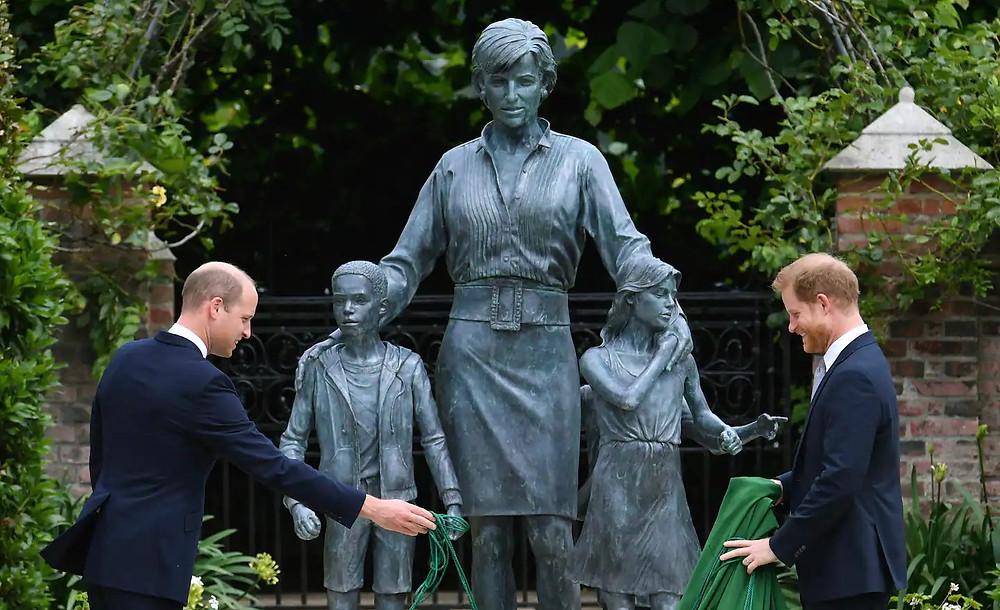 Una estatua de la princesa Diana, del escultor Ian Rank-Broadley, se inauguró en el Jardín Hundido del Palacio de Kensington el 1 de julio.