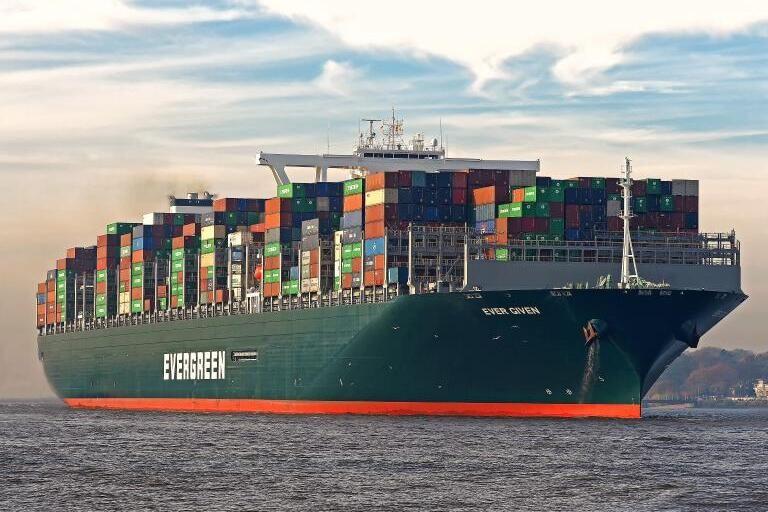 Buque atascado en el Canal de Suez es redireccionado exitosamente después de estar atascado durante casi una semana.