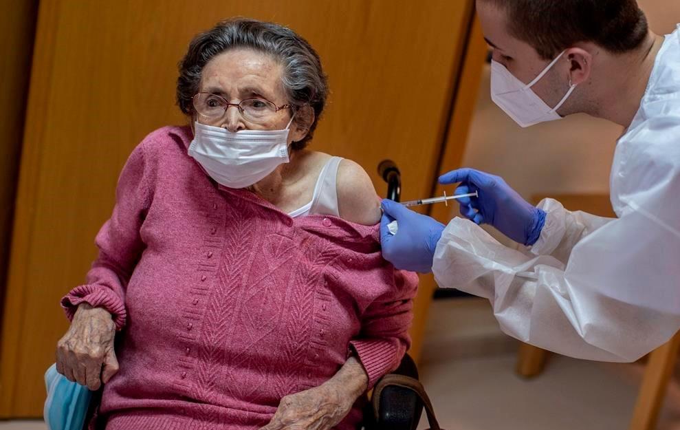 Una enfermera administra la vacuna Pfizer-BioNTech COVID-19 a un residente de la residencia de ancianos DomusVi en Alcalá Henares, España, el jueves 28 de enero de 2021.