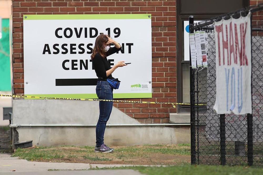 Una persona espera en el Centro de Evaluación Michael Garron Covid-19 el lunes en Toronto.