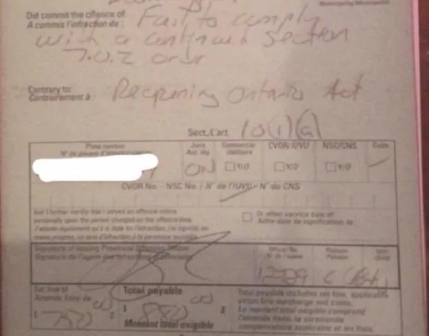 Matthew Steeves compartió una foto del boleto que se le emitió por no cumplir con la Ley de Reapertura de Ontario.