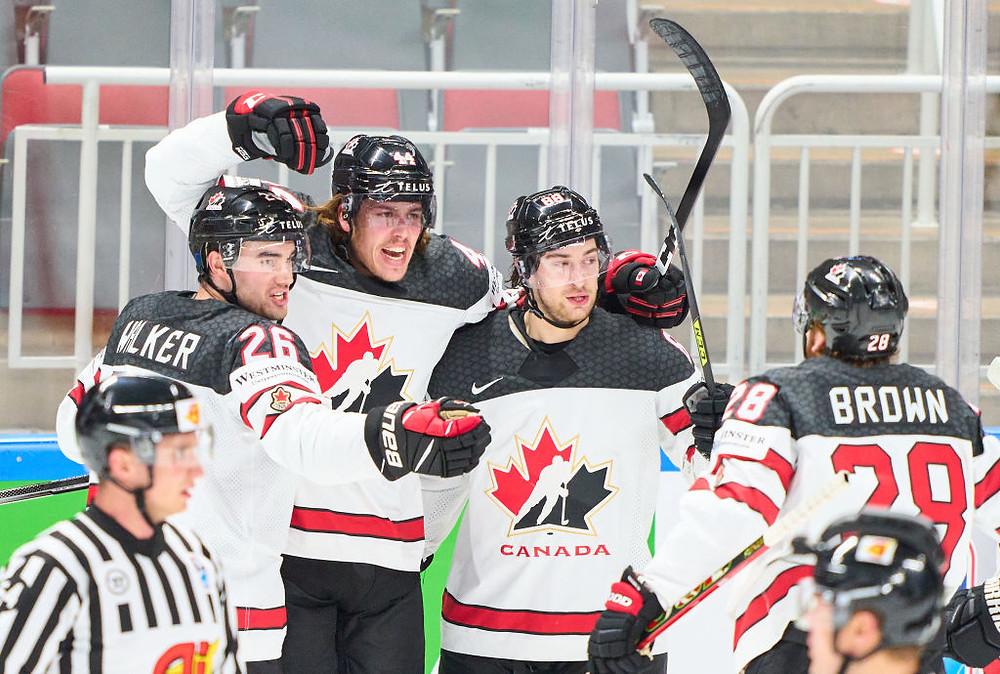 Maxime Comtois (Segundo a la derecha), número 44 de Canadá, anota el 1-1 y celebra durante en el IIHF - Ice Hockey World Championship, durante el juego por la medalla de oro entre los finalistas en la Arena Riga, el 6 de junio de 2021 en Riga, Letonia.