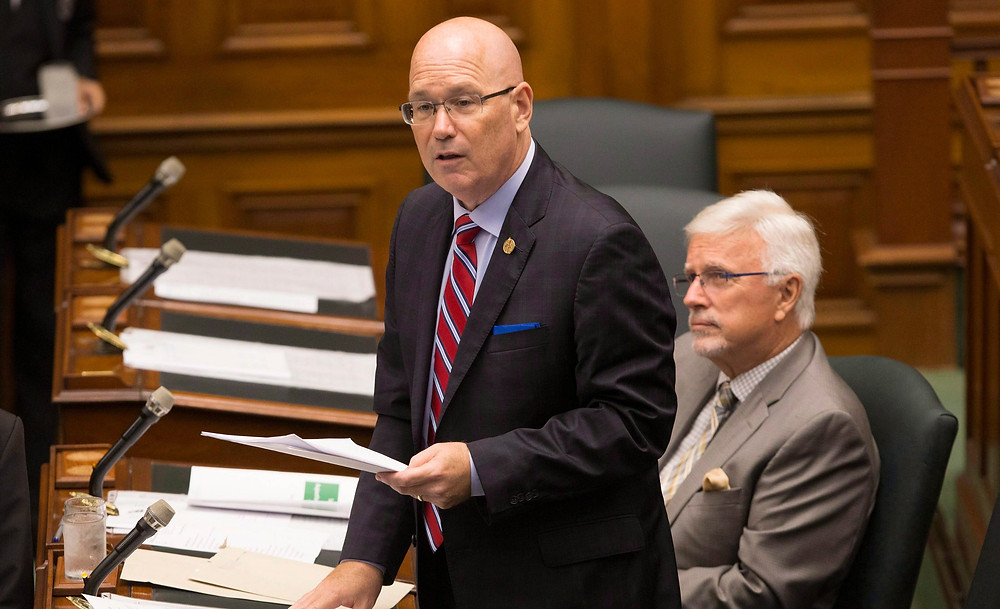 El Ministro de Asuntos Municipales de Ontario, Steve Clark, presenta la Ley de Mejor Gobierno Local en la Legislatura de Ontario en Toronto el 30 de julio de 2018.