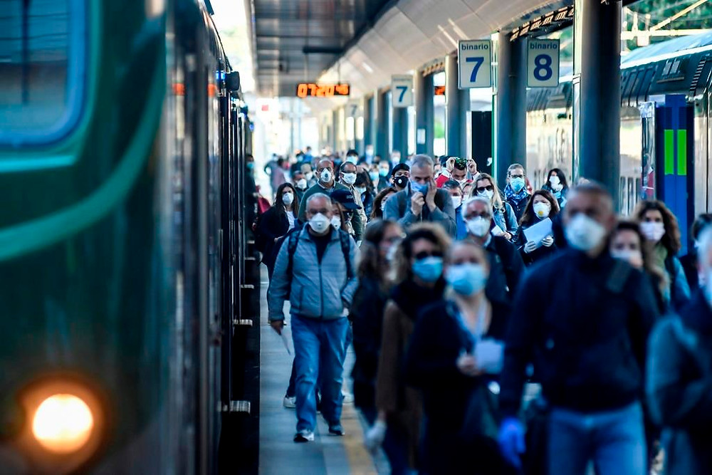 Los viajeros abarrotan la estación de tren de Cadorna en Milán, Italia.