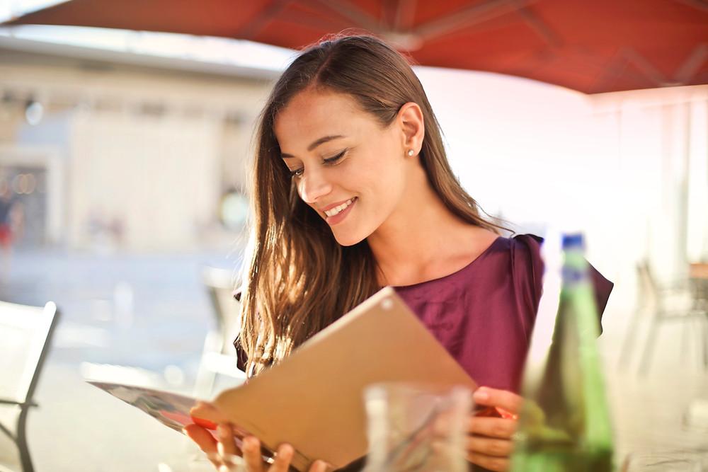 """Se permite cenar al aire libre en la """"Zona Gris"""", los restaurantes en las """"Zonas Roja y Naranja"""" ahora podrán operar al 50% de su capacidad."""
