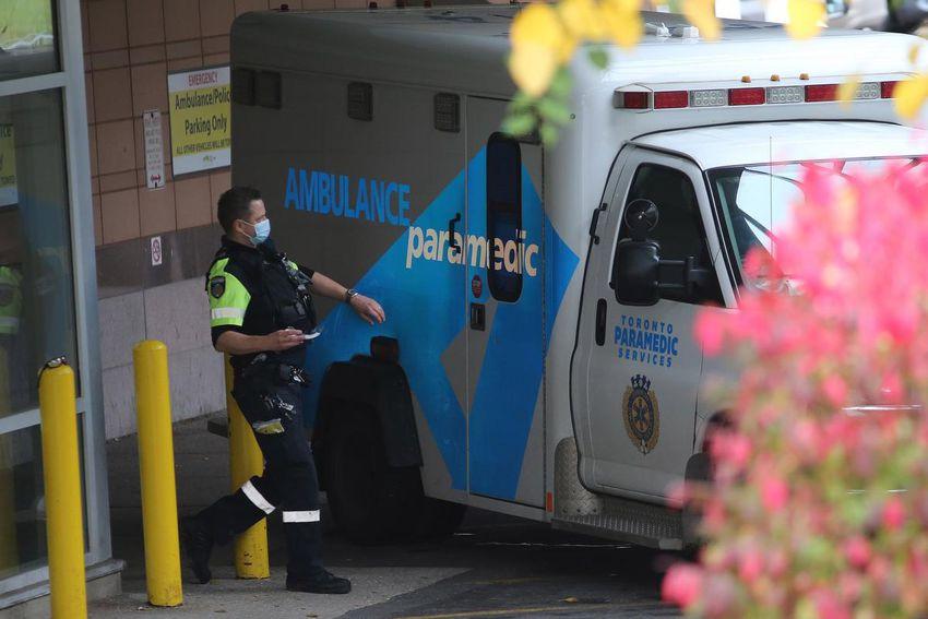 Un paramédico y una ambulancia esperan en una bahía de emergencia en el hospital Michael Garron en octubre.