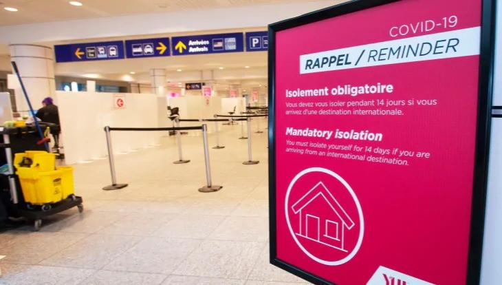 Un letrero recuerda a los pasajeros que lleguen que deben ponerse en cuarentena contra el COVID-19 en el aeropuerto Trudeau en Montreal, el viernes 19 de febrero de 2021.