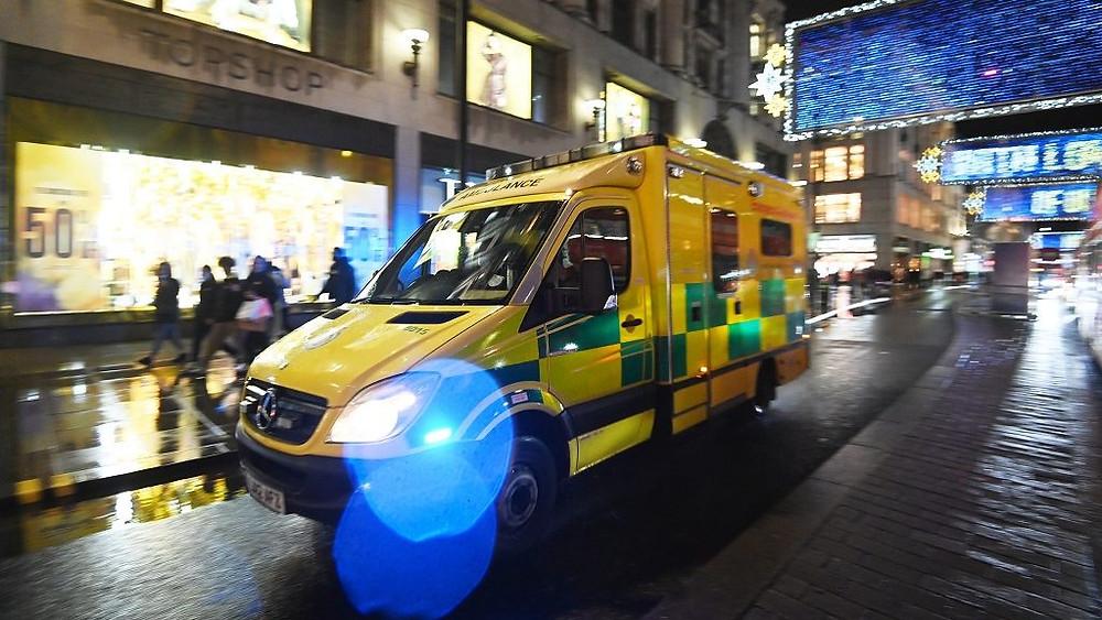 Una ambulancia pasa por Oxford Street en Londres, Inglaterra, después de que el primer ministro británico Boris Johnson emitiera un comunicado televisado anunciando más restricciones para el sureste el 19 de diciembre de 2020.