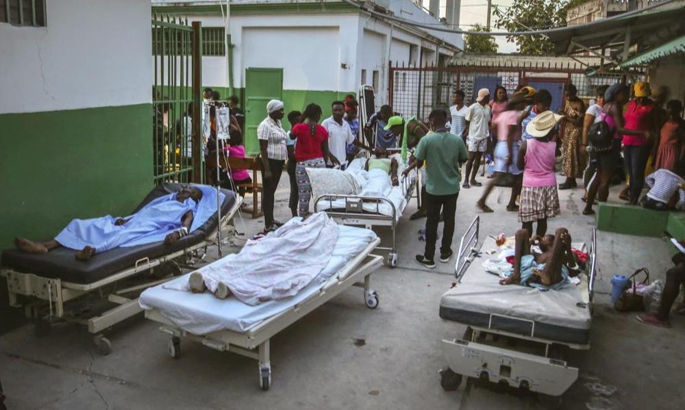 Afectados por el terremoto en Haití están a la espera de ayuda mientras otro desastre se acerca.