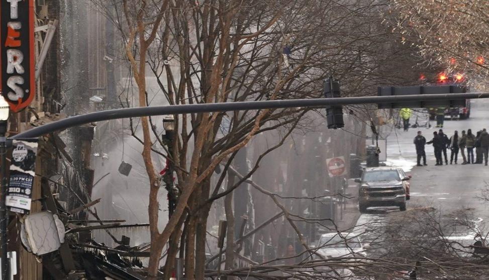 El personal de emergencia trabaja en el lugar de una explosión en el centro de Nashville, Tennessee, el 25 de diciembre de 2020.
