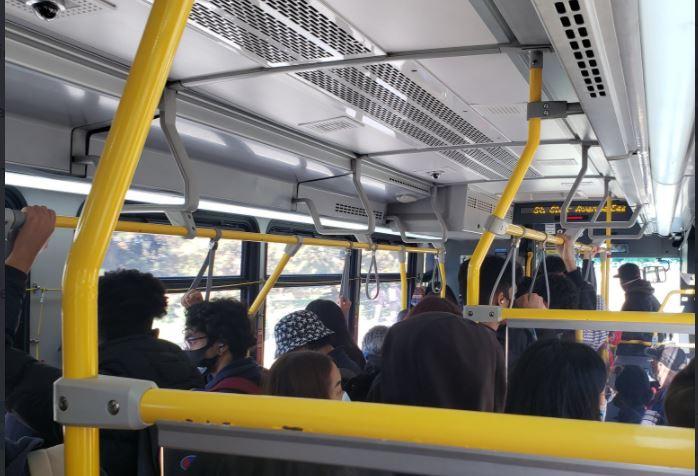 Imagen de un autobús repleto del TTC en Scarborough.