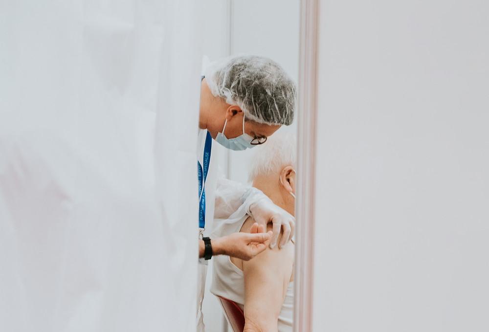 Adultos mayores ya pueden reservar sus segundas dosis de la vacuna COVID-19 en Ontario.