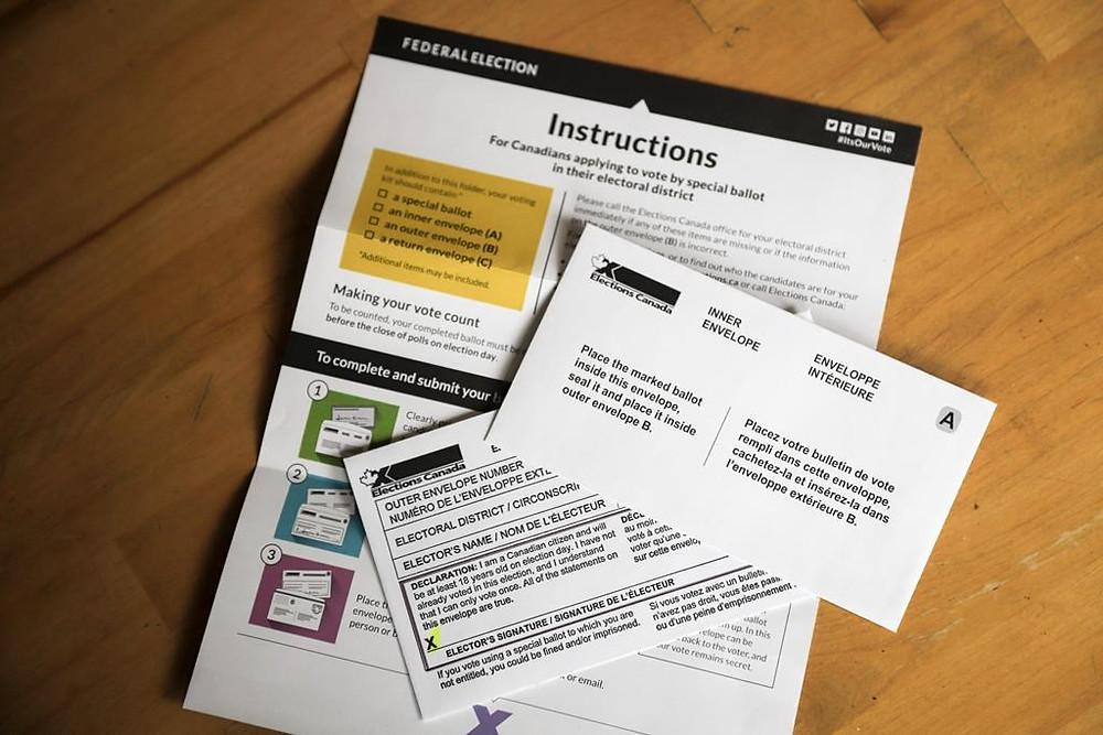 El paquete de votación por correo que los ciudadanos recibieron para las elecciones federales de 2021.