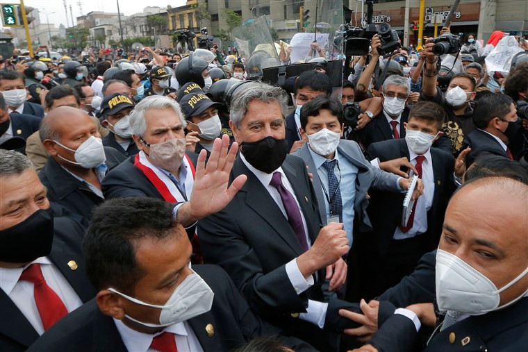 El congresista peruano Francisco Sagasti (C) abandona el Congreso luego de ser elegido como presidente interino de Perú en Lima, el 16 de noviembre de 2020.