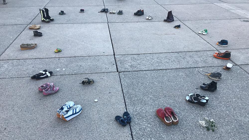 Zapatos de niños en una vigilia en Toronto para llorar y recordar a los 215 niños cuyos restos fueron encontrados en una antigua escuela residencial en Kamloops, BC.