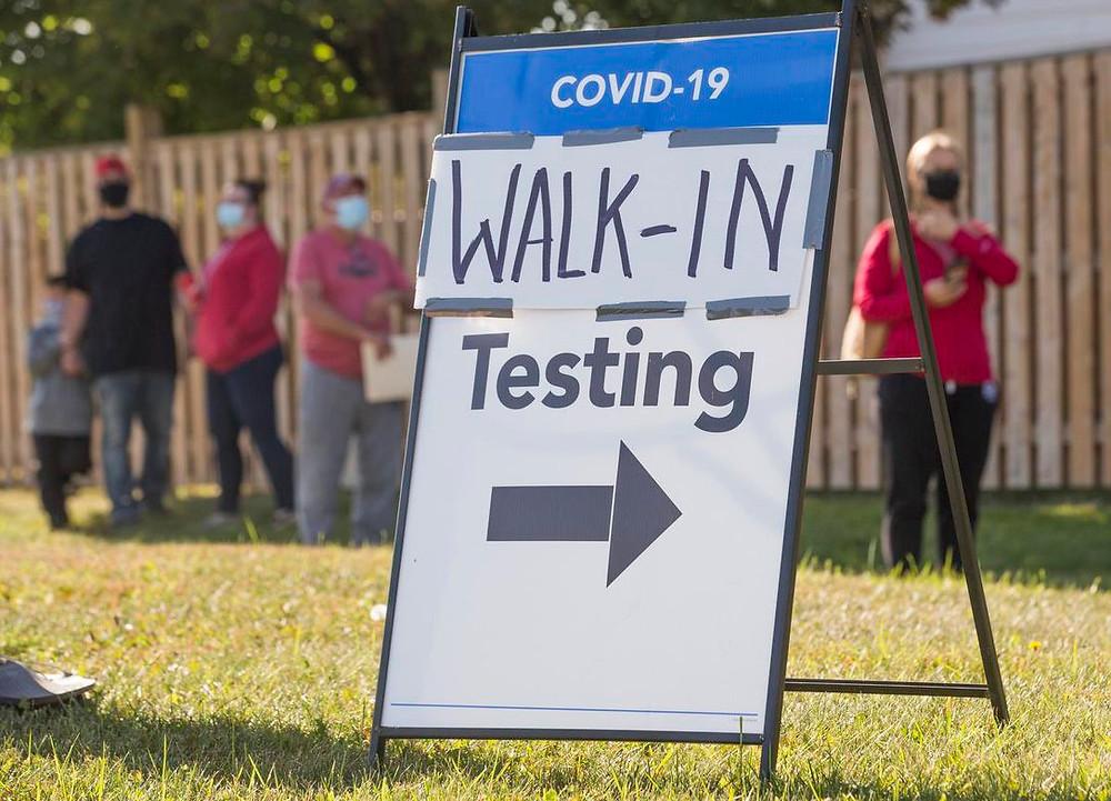 Se está ejecutando un centro de pruebas COVID-19 en el Centro Recreativo Greenbriar en Brampton, donde una alineación para las pruebas el lunes por la mañana parece durar unos 45 minutos.