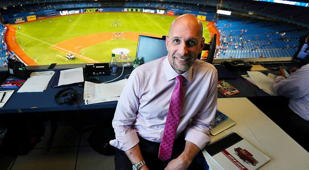 El locutor de los Blue Jays de Sportsnet, Dan Shulman, en el stand del Rogers Center.