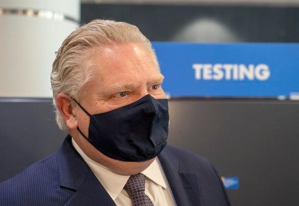 El premier Doug Ford en el centro de pruebas de COVID-19 en la Terminal 3 del aeropuerto Pearson el 3 de febrero de 2021.