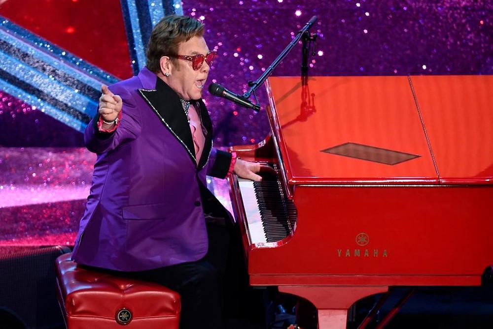 "Elton John interpreta ""(I'm Gonna) Love Me Again""."