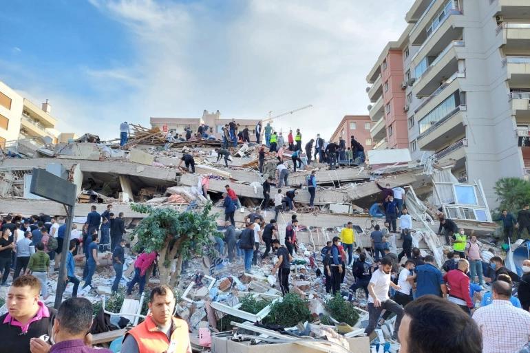 Residentes y rescatistas buscan sobrevivientes después de que un edificio colapsara en la provincia costera de Izmir.