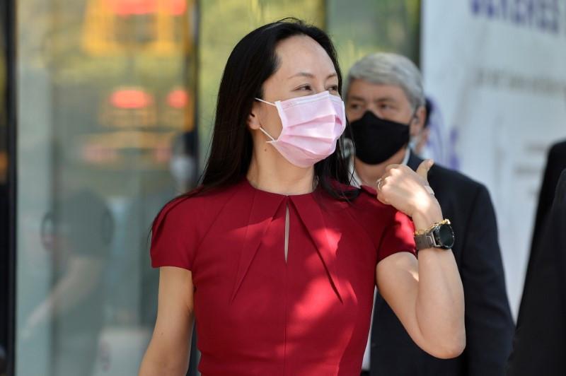 La directora financiera de Huawei Technologies, Meng Wanzhou, abandona el tribunal, donde asiste a una audiencia, durante una pausa para el almuerzo, en Vancouver, Canadá, el 10 de agosto de 2021.