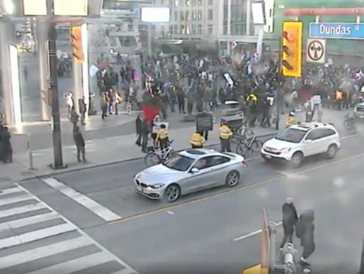 Protesta antibloqueo en Yonge-Dundas Square