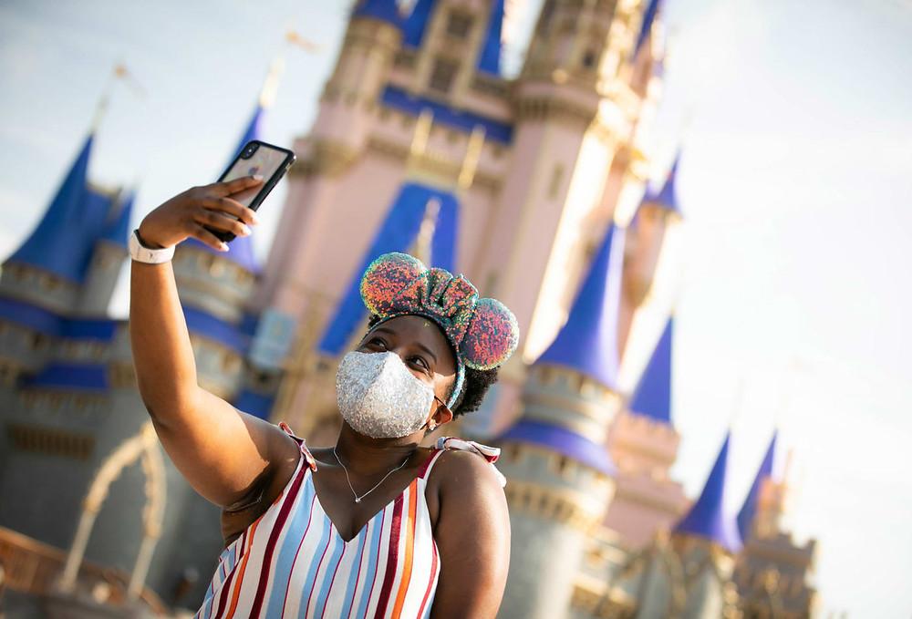 Visitante se toma una selfie en Magic Kingdom Park en Walt Disney World Resort.