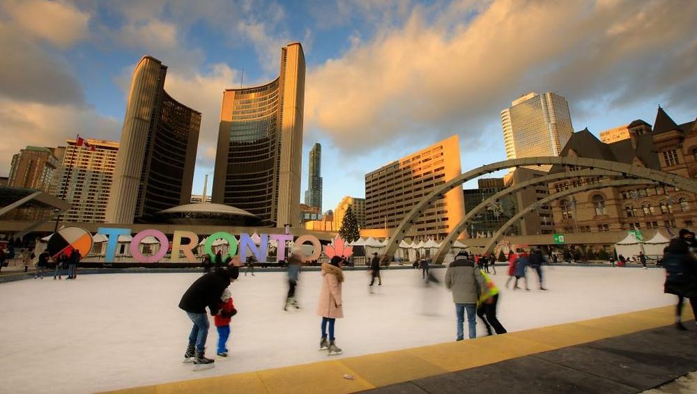 Patinadores sobre el hielo en Nathan Phillips Square.