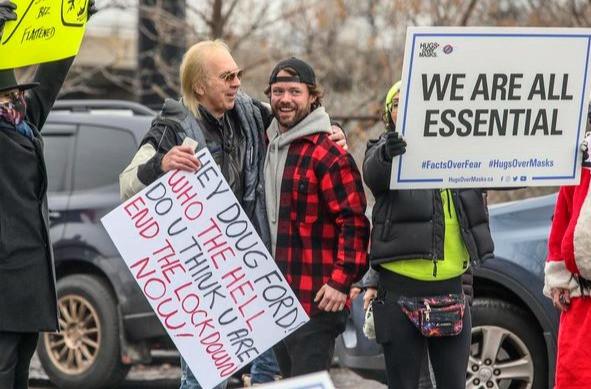 El propietario de Adamson Barbecue, Adam Skelly, con sus partidarios fuera de su restaurante desafiando las órdenes provinciales de cierre para cerrar el comedor interior y exterior durante la pandemia de COVID-19 en Toronto en noviembre.