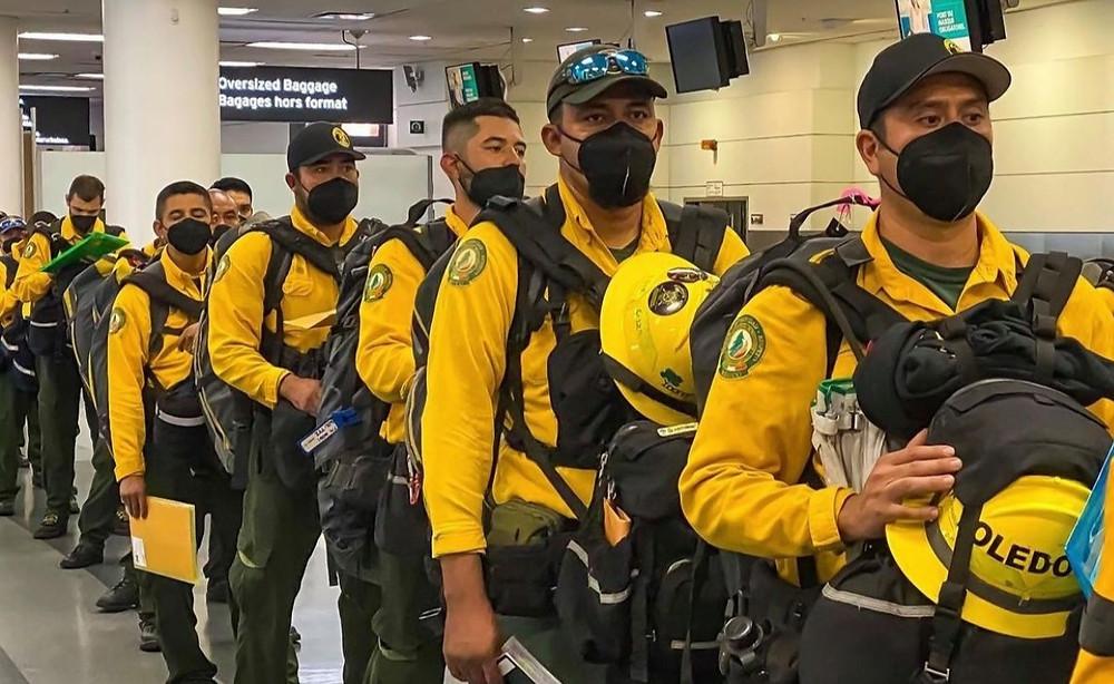 Bomberos de México pasaron por Toronto en su camino hacia en norte de Ontario