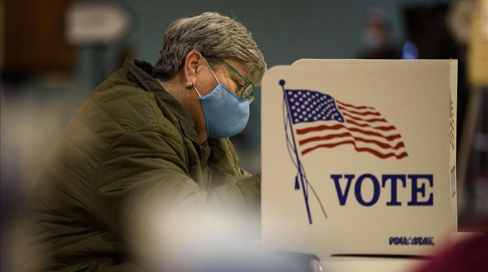 Una mujer deposita su voto en Fayetteville, Carolina del Norte.