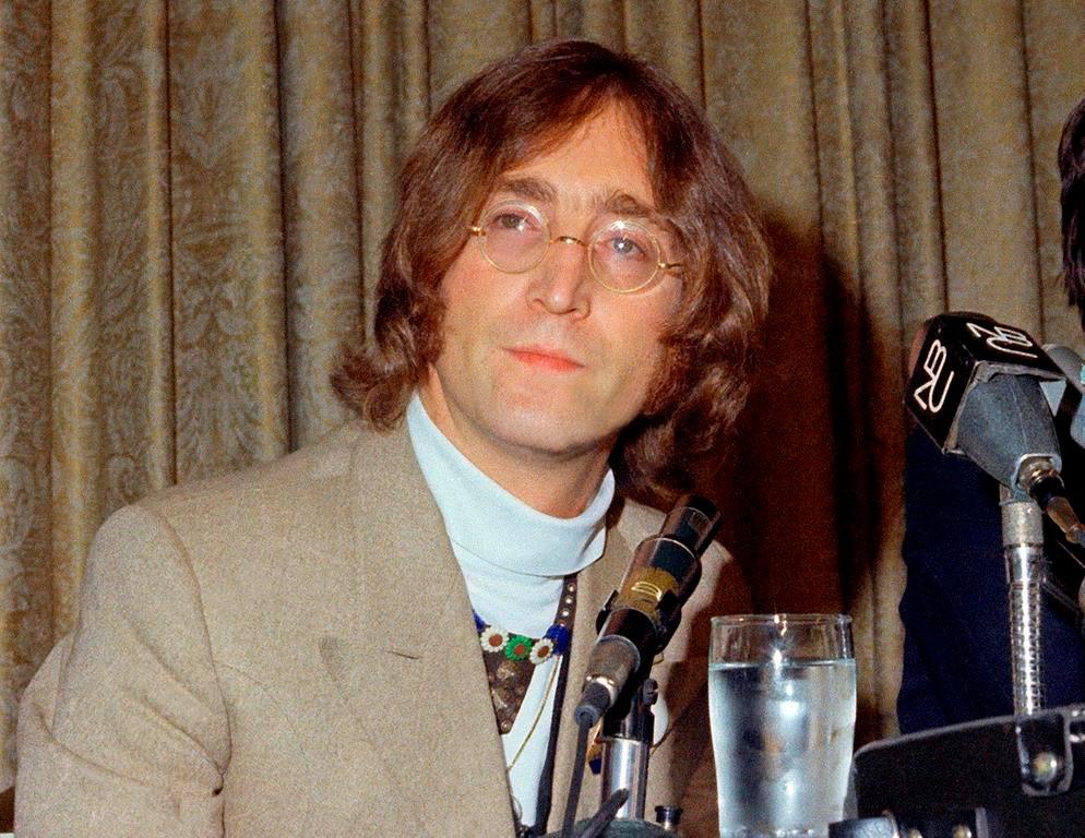En esta foto de archivo de 1971, el cantante John Lennon aparece durante una conferencia de prensa.