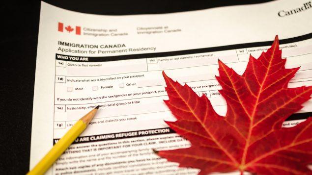 Solicitud de residencia permanente canadiense.