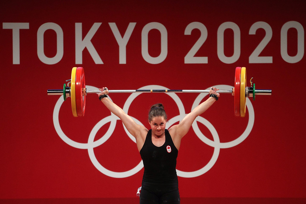 Maude G Charron, del equipo de Canadá, compite durante la competencia de levantamiento de pesas - Grupo A femenino de 64 kg, en el cuarto día de los Juegos Olímpicos de Tokio 2020.
