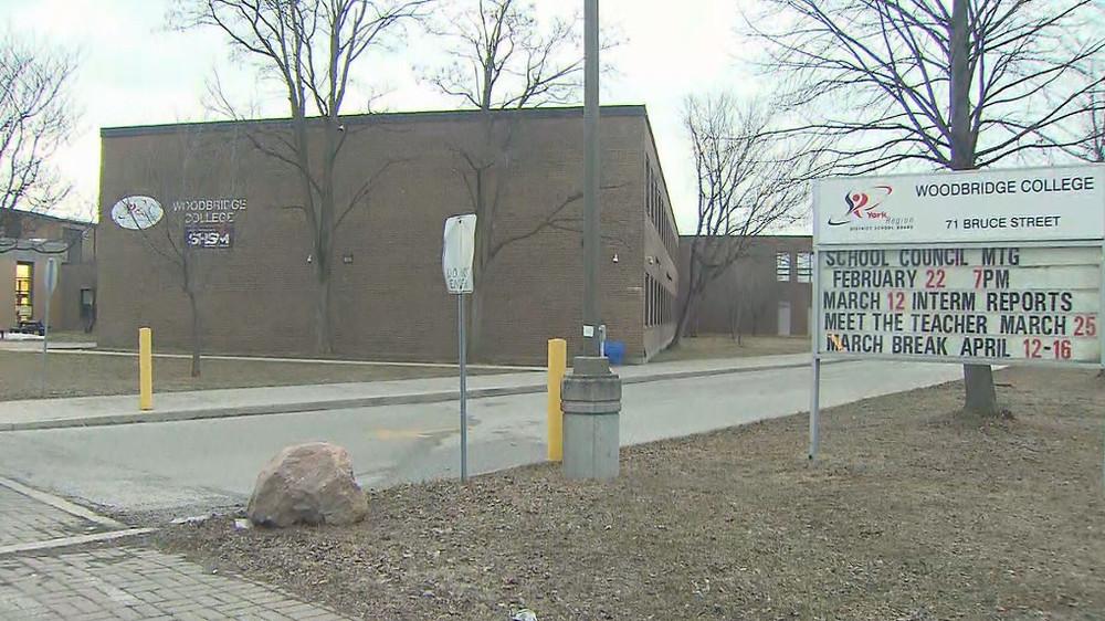 La escuela secundaria Woodbridge College está cerrada durante dos semanas después de que se declara un brote de COVID-19.
