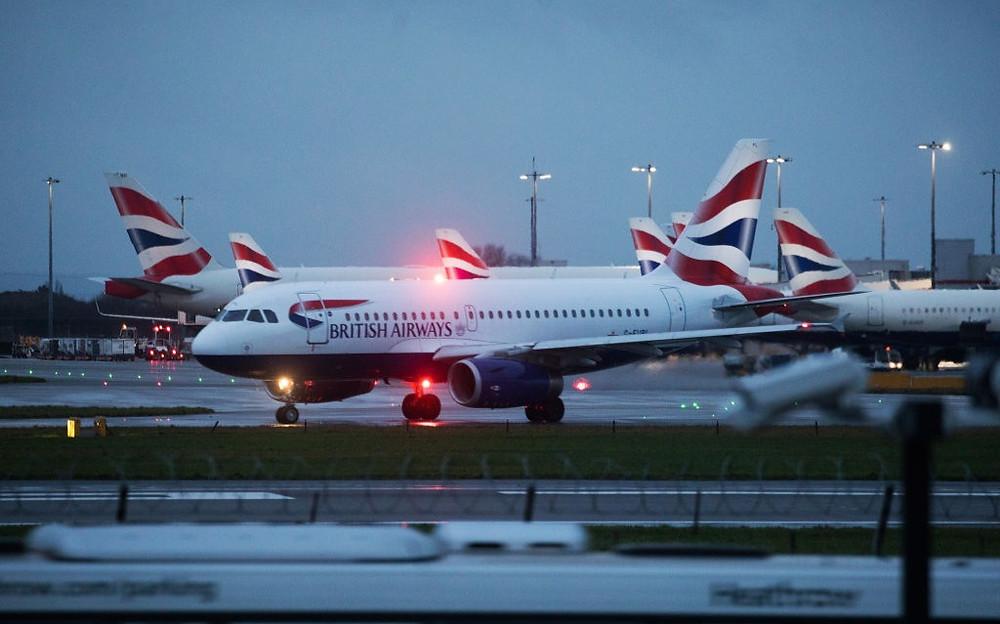 Un avión de pasajeros operado por British Airways, una unidad de International Consolidated Airlines Group SA, en la pista del London Heathrow Airport Ltd.en Londres, Reino Unido, el sábado 19 de diciembre de 2020.