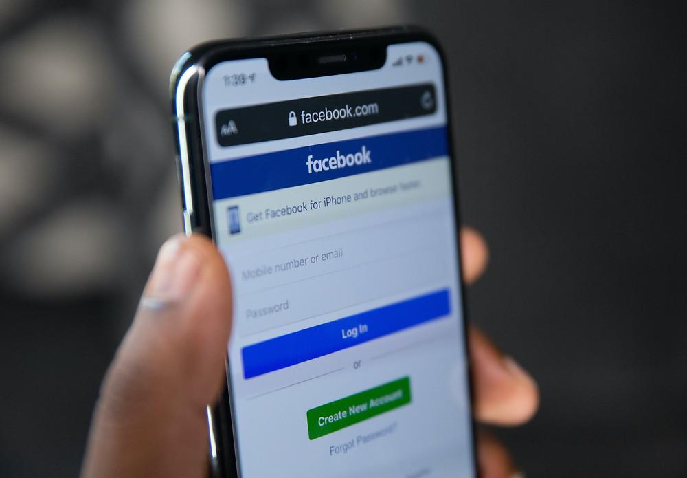 Facebook suspende la cuenta de Donald Trump por 2 años, luego reevaluará su decisión.