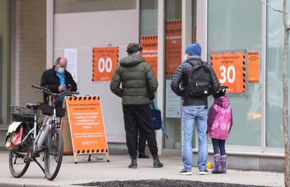 La gente hace fila para hacerse la prueba en el Hospital St Michaels en el centro de Toronto el lunes.