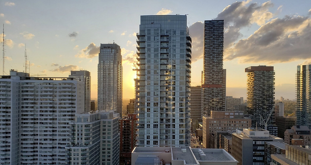 El estatuto para apartamentos y condominios requiere que los propietarios u operadores de edificios tengan una política que exija que todos usen una máscara o una cubierta facial mientras se encuentren en espacios comunes cerrados.